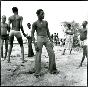 malick-sidibc3a9-a-la-baignade-au-fleuve-niger-1973